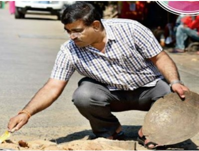 A FATHER FILLS MUMBAI'S POTHOLES