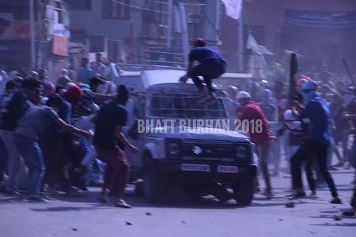 CRPF Vehicle is attacked by hundreds of stone pelters during ceasefire...
