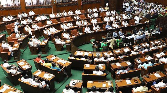कर्नाटक का राजनीतिक संकट अनसुलझा है, सरकार की अस्थिरता जारी है
