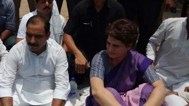 प्रियंका गांधी को सोनभद्र पीड़ित परिवारों से मिलने जाने से रोक दिया गया